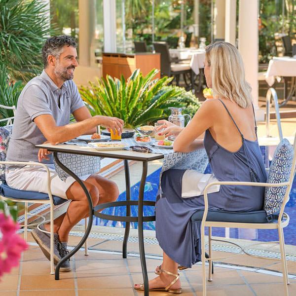 Hoteles Colonia Sant Jordi - Pareja desayunando en la piscina